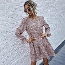 Kleid mit komplettem Muster, Rueschenbesatz und Schosschenaermeln