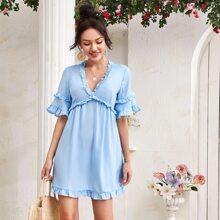Kleid mit Rueschenbesatz und Ausschnitt hinten