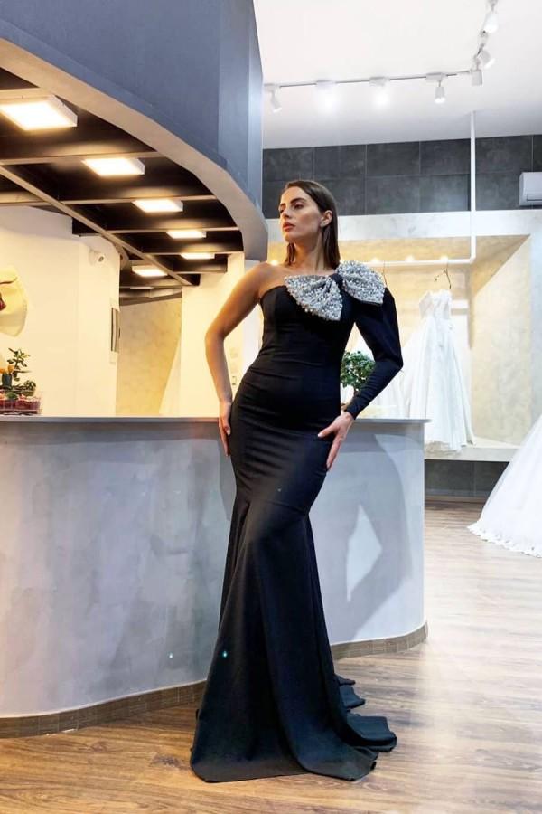 Elegante Ein-Schulter-Abendkleider mit schwarzer Paillettenschleife