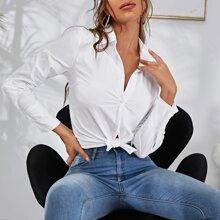 Einfarbige Bluse mit Knopfen und gebogenem Saum