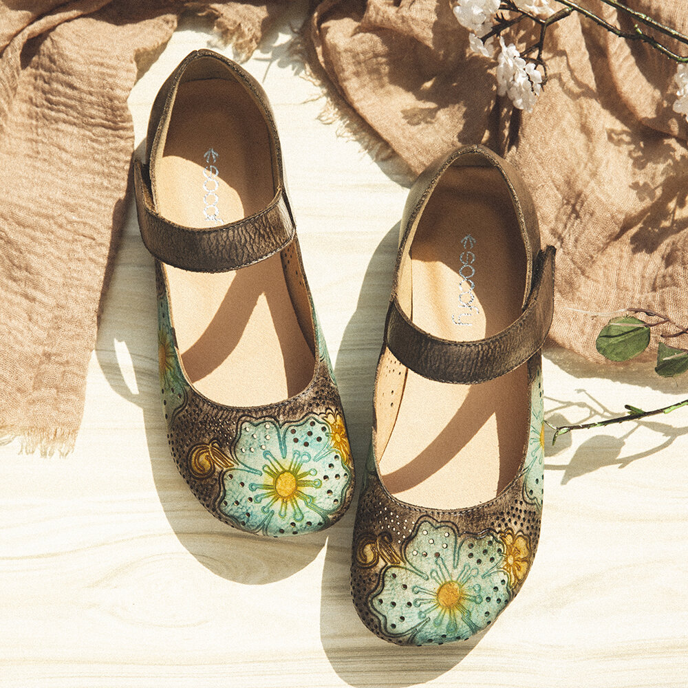 SOCOFY Retro Leather Embossed Flower Soft Round Toe Comfy Flat Shoes