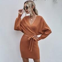 Einfarbiges geripptes Strick Kleid mit V Ausschnitt vorn und Guertel