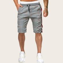 Men Striped Tape Drawstring Waist Plaid Shorts
