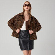 Mantel mit sehr tief angesetzter Schulterpartie, Knopfen vorn, Zebra Streifen und Kunstpilz