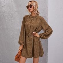 Kleid mit Schluesselloch hinten, Laternenaermeln und Leopard Muster