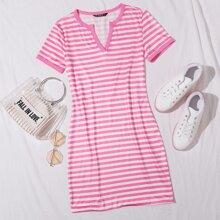 Kleid mit eingekerbtem Kragen und Streifen