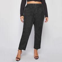 Jeans mit schwarzer Waschung und elastischer Taille