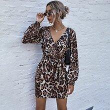 Kleid mit Leopard Muster, V-Ausschnitt vorn und Guertel