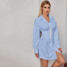 Kleid mit sehr tief angesetzter Schulterpartie und Knopfen vorn