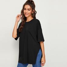 Langes T-Shirt mit sehr tief angesetzter Schulterpartie und seitlichem Schlitz