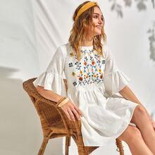 Kleid mit Schosschenaermeln und Stickereien Detail