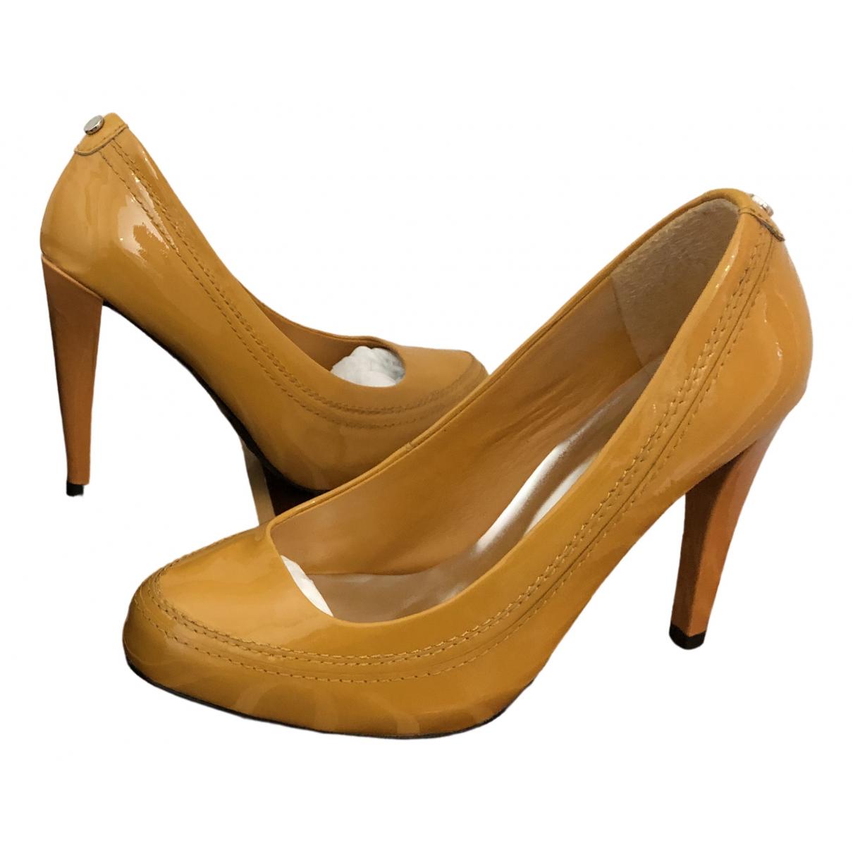 Karen Millen - Escarpins   pour femme en cuir verni - jaune