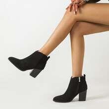 Stiefel mit spitzer Zehenpartie