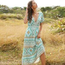 Kleid mit Schal Muster, tiefem Ausschnitt und Rueschenbesatz