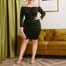 Schulterfreies figurbetontes Kleid mit Ruesche