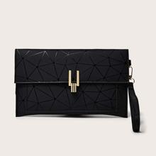 Unterarmtasche mit geometrischem Muster und Klappe