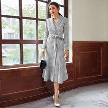 Zweireihiges Tweed Blazerkleid mit Schalkragen und Guertel