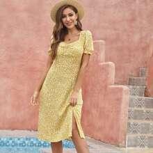 Kleid mit Bluemchen Muster und Schlitz