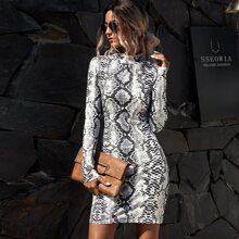 Figurbetontes Kleid mit Schlangenleder Muster und Stehkragen