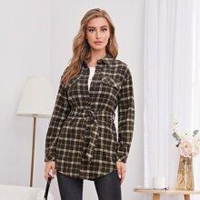 Mantel mit Klappe Detail, sehr tief angesetzter Schulterpartie und Selbstguertel