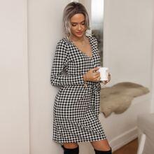 Kleid mit Karo Muster, Selbstguertel und Wickel Design
