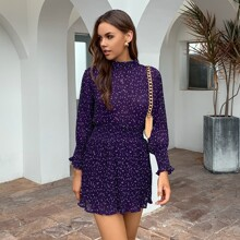 Kleid mit Punkten Muster, geraffter Taille und Schlitz
