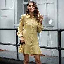 Kleid mit Knopfen vorn und Rueschenbesatz