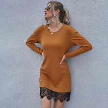 Geripptes Kleid mit Kontrast Spitze