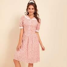 Kleid mit Peter Pan Kragen und Bluemchen Muster
