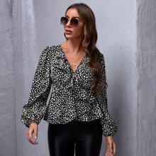 Bluse mit Dalmatiner Muster, seitlichem Band, Rueschenbesatz und Wickel Design
