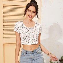 Camiseta corta floral de margarita con boton delantero