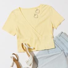 Geripptes Crop T-Shirt mit V-Ausschnitt vorn und V-Kragen