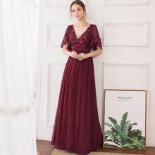 Kleid mit Flatteraermeln, Applikationen und Netzstoff