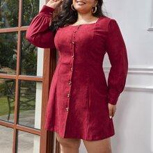 Figurbetontes Kleid mit quadratischem Kragen und Knopfen vorn