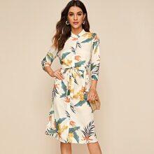 Shirt Kleid mit tropischem Muster und Guertel