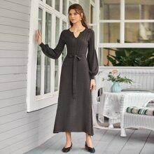 Pulloverkleid mit eingekerbtem Kragen, Laternenaermeln und Guertel