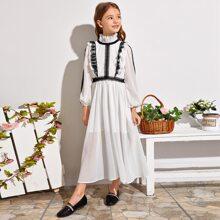Plisse Kleid mit Rueschenbesatz und Spitze Detail