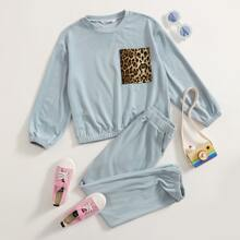 Conjunto pullover de hombros caidos con diseño de leopardo con pantalones deportivos