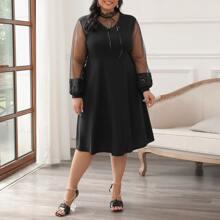 Kleid mit Ruesche am Kragen und Netzstoffaermeln