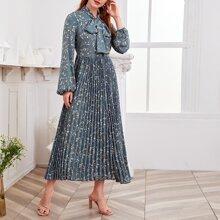 Kleid mit Halsband, Bluemchen Muster und Falten