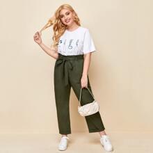 Camiseta con estampado de botella con pantalones de pierna recta con cinturon