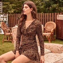 Kleid mit V Kragen, Rueschenbesatz und Muster