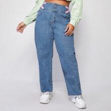 Jeans mit Knopfen und breitem Taillenband