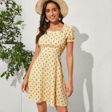 A Linie Kleid mit Kirsche Muster und Falten