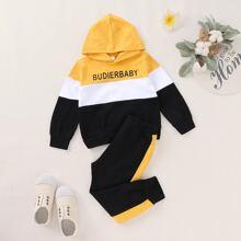 Capucha de niñitos de color combinado grafica con letra con pantalones deportivos
