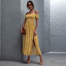 Figurbetontes schulterfreies Kleid mit Gaensebluemchen Muster und Rueschen