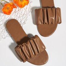 Minimalistische Sandalen mit Ruesche