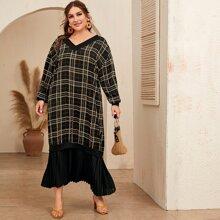 Grosse Grossen - Kleid mit sehr tief angesetzter Schulterpartie, Falten am Saum und Karo Muster