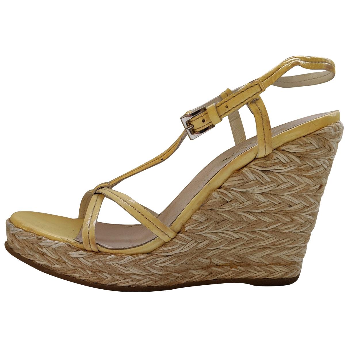 Prada - Sandales   pour femme en cuir verni - jaune