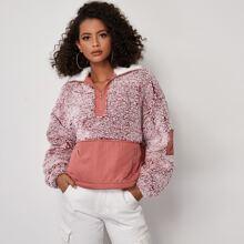 Teddy Sweatshirt mit halber Reissverschlussleiste, sehr tief angesetzter Schulterpartie und Kontrast Kragen
